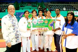 The Sports Commissioner, Tan Sri Elyas Omar with the 3rd place Girls' Inter Team Event